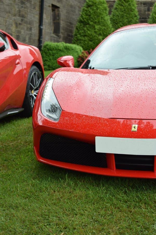 Einwandfreies Ferrari 488 bedeckt im Regen lizenzfreie stockfotografie