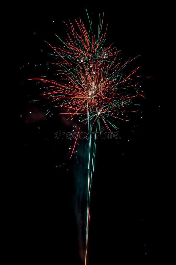 Einwohnerstarke festliche Feuerwerke stockbilder