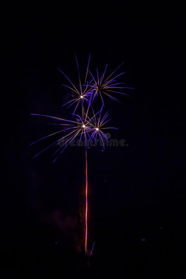 Einwohnerstarke festliche Feuerwerke stockfotos