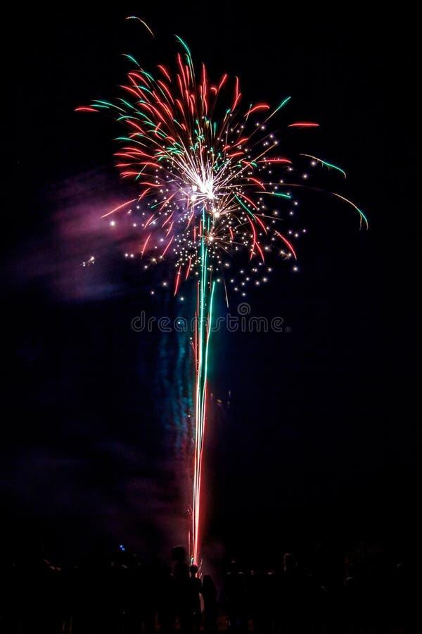 Einwohnerstarke festliche Feuerwerke stockbild