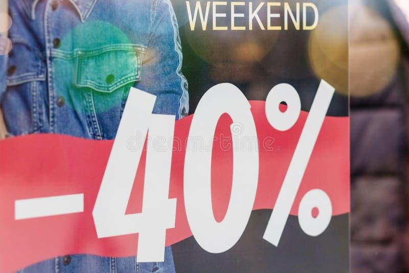 Einzelhandelsgeschäft der Verkaufsförderungs-Modekleidung im Einkaufszentrum, Verkaufsaufkleber-Zeichenaufkleber vor Ladentürgläs lizenzfreie stockbilder