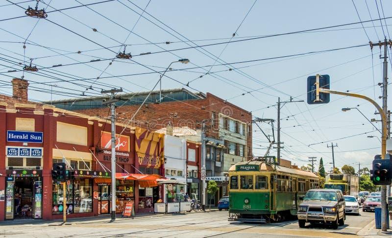 Einzelhandelsgeschäfte an der Kreuzung Carlisle und Kapelle in St Kilda, Melbourne, Australien lizenzfreie stockbilder