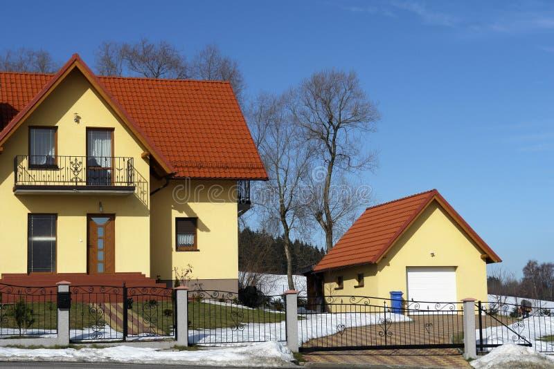 Einzelhaus mit Garage lizenzfreies stockfoto