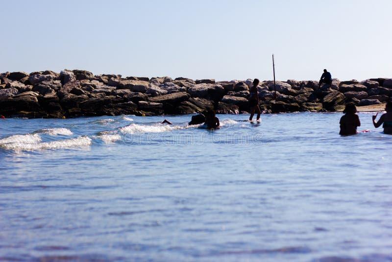Einzelheit des Strandes mit Felsen im Sommer stockbild