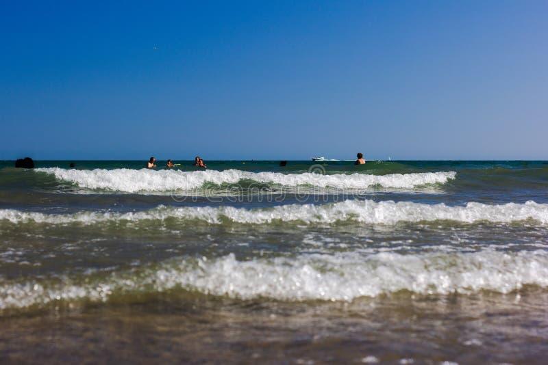 Einzelheit des Strandes mit Felsen im Sommer lizenzfreies stockbild