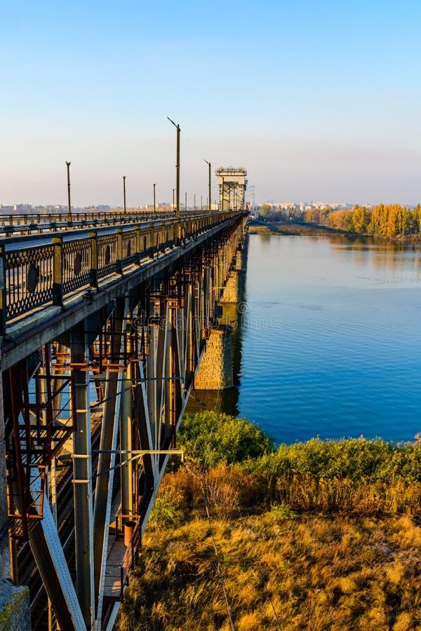 Einzelheiten der Brücke über den Dnieper in Kremenchug, Ukraine lizenzfreie stockbilder