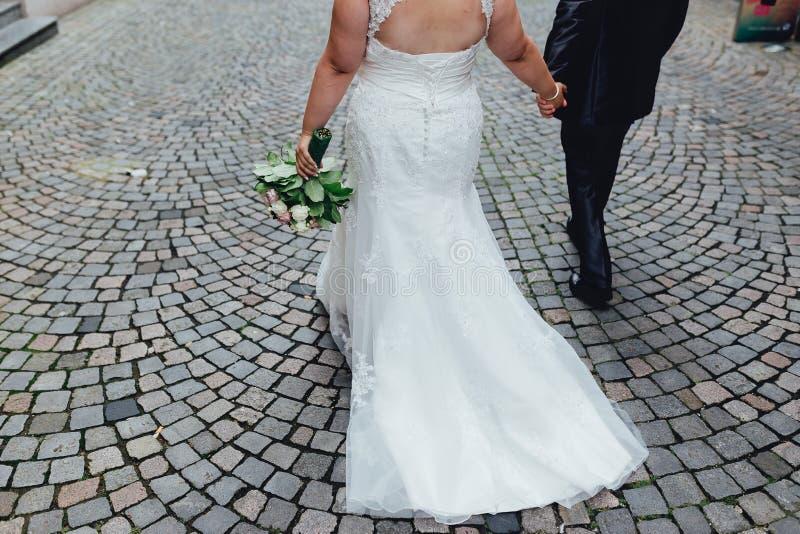 Einzeln aufgeführt nah herauf Foto eines schönen Hochzeitspaares lizenzfreie stockfotografie