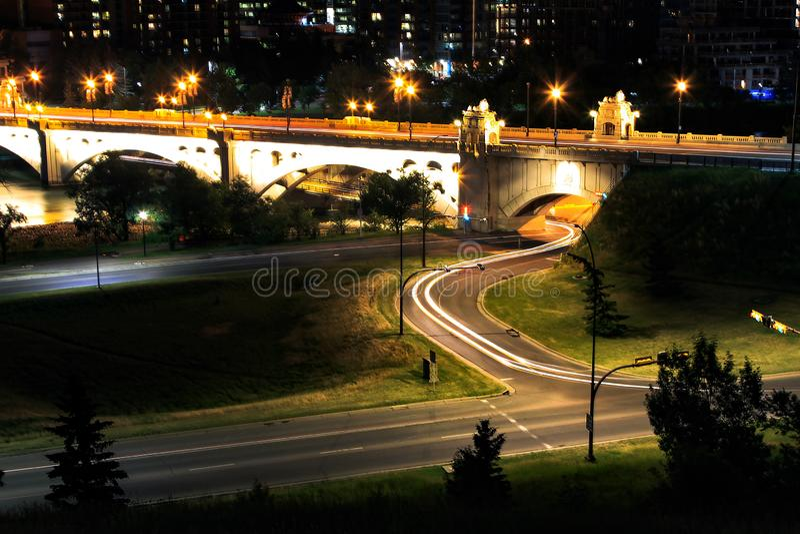 Einzelne Auto-Nacht beleuchtet Calgary-Brücke stockfotos