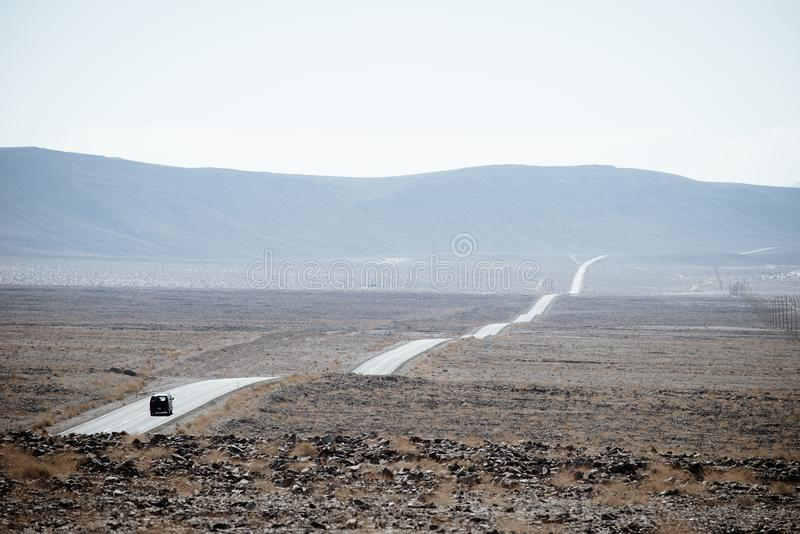 Einzelne Autoreisen auf der Straße durch Death Valley lizenzfreies stockfoto