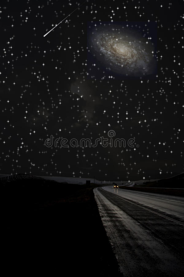 Einzelne Autoreisen auf dunkler Straße lizenzfreie abbildung