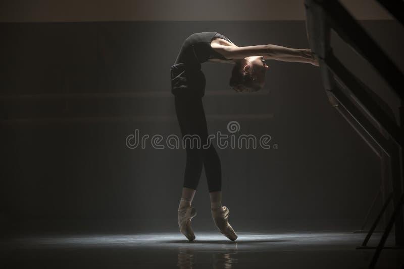 Einzelne Ballerina im Klassenzimmer lizenzfreies stockfoto