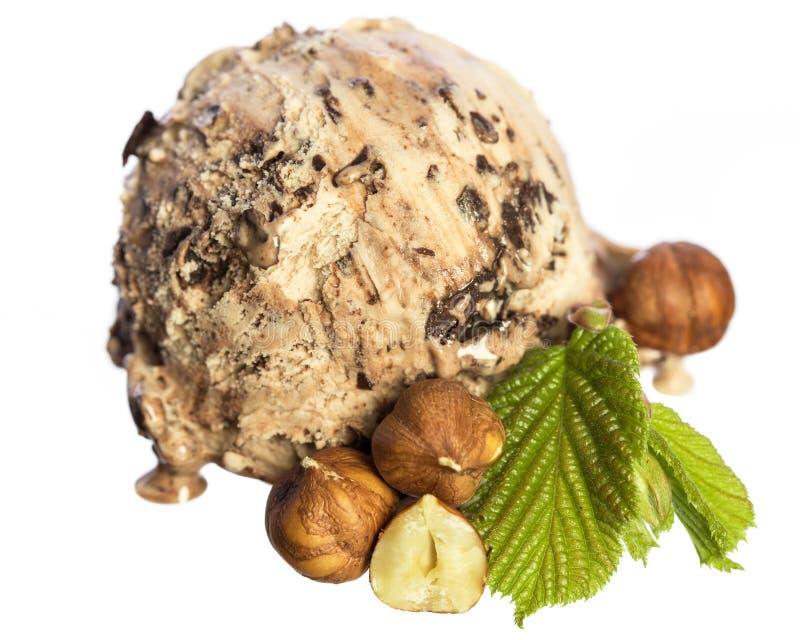 Einzelne essbare Haselnuss- SchokoladenEiscremeball mit Nüssen und dem Haselnussblatt lokalisiert auf weißem Hintergrund - Draufs stockfotos