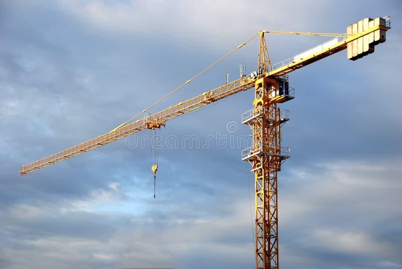 Einzelne gelbe Turmkranladevorrichtung stockfotografie