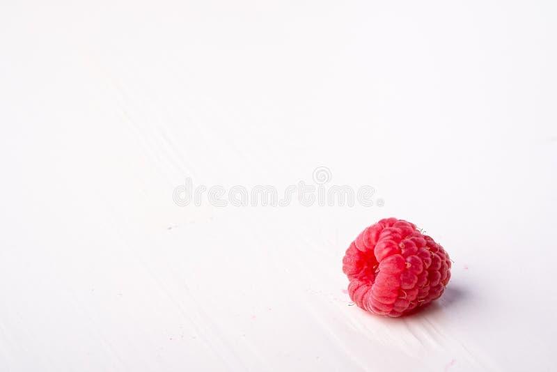 Einzelne Himbeergeschmackvoller Bonbon hell auf weißem Hintergrundkopien-Raummakro lizenzfreie stockbilder