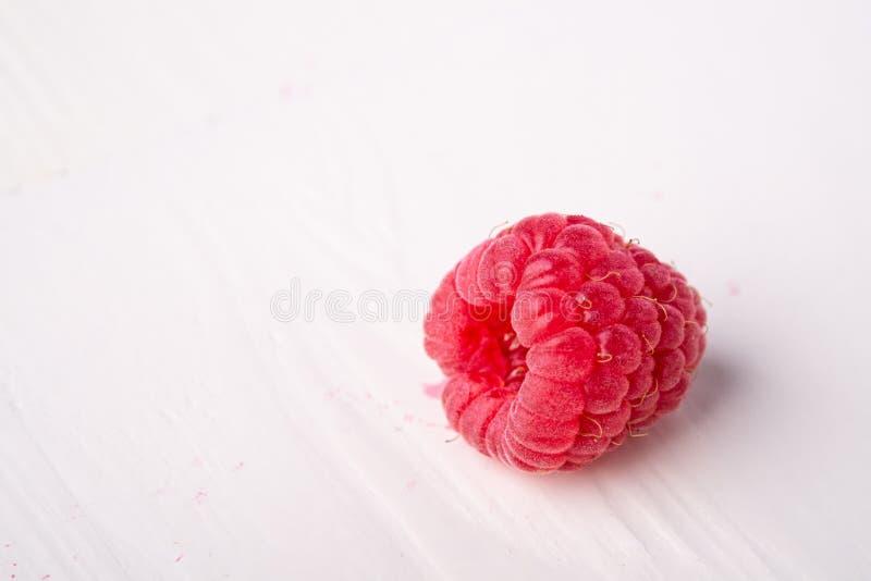 Einzelne Himbeergeschmackvoller Bonbon hell auf weißem Hintergrundkopien-Raummakro lizenzfreies stockbild