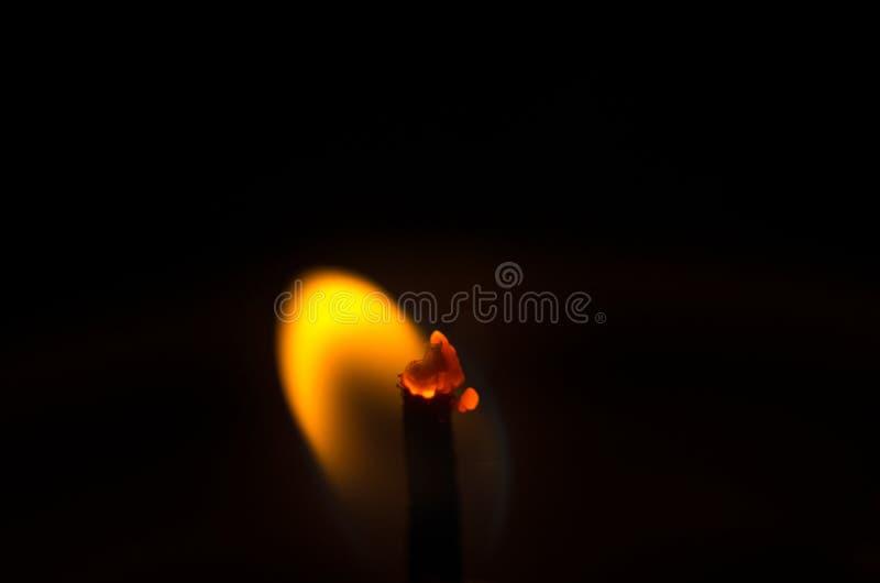 Einzelne Kerze auf schwarzem Hintergrund stockbild