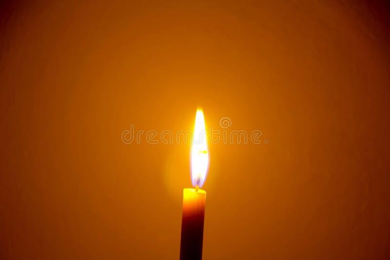 Einzelne Kerze auf schwarzem Hintergrund stockfotos