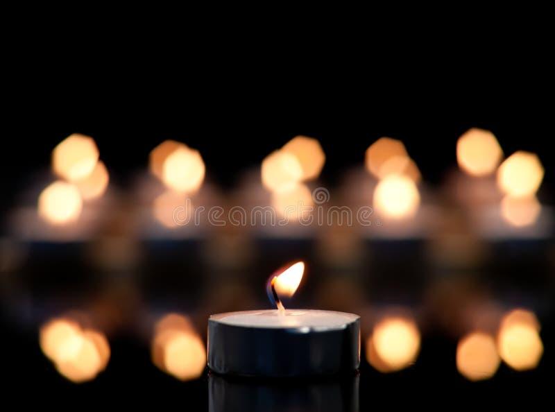 Einzelne Kerze fokussiert stockfotografie
