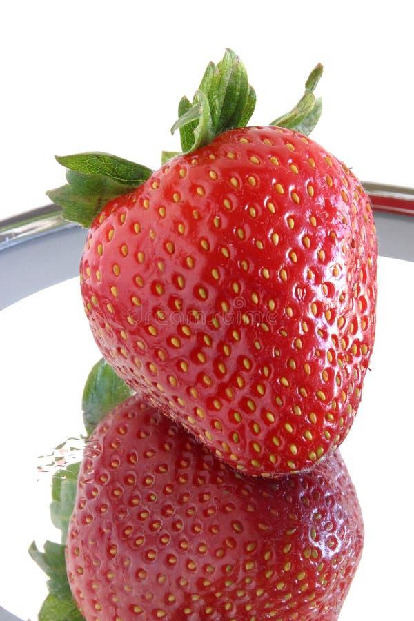 Einzelne reife Erdbeere u. Reflexion. 0354 stockfotos