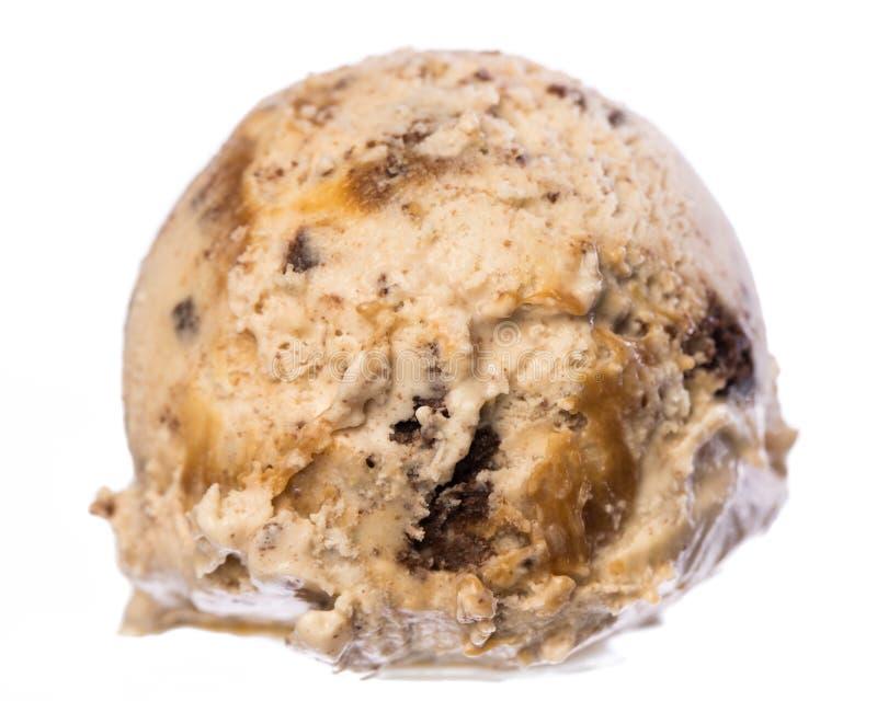 Einzelne Schaufel von Vanille - Karamell - SchokoladenkuchenEiscreme lokalisiert auf Vorderansicht des weißen Hintergrundes lizenzfreie stockfotos
