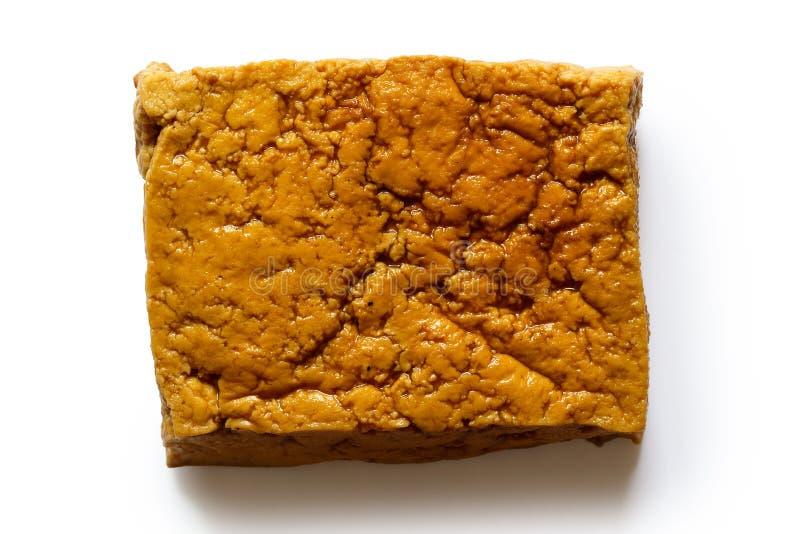 Einzelner Block des geräucherten Tofus lokalisiert auf Weiß stockbild