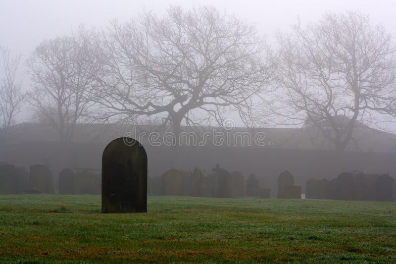 Einzelner Grabstein in einem gespenstischen Friedhof lizenzfreies stockbild