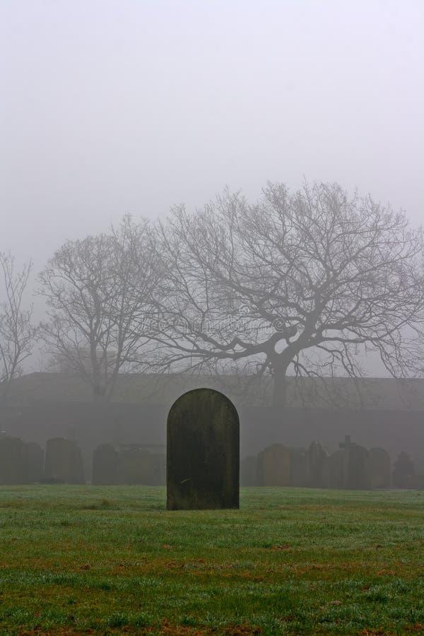 Einzelner Grabstein in einem gespenstischen Friedhof stockfoto