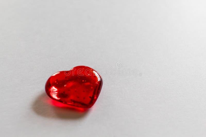 Einzelner klarer roter Herz withwhite Hintergrund für Valentinstag stockbild