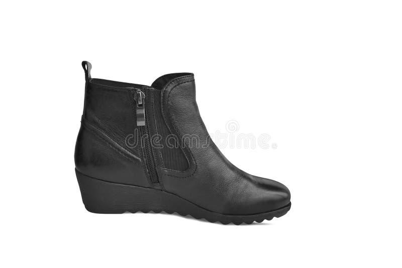 Einzelner kurzer schwarzer lederner women's Stiefel lokalisiert auf weißem Hintergrund lizenzfreie stockbilder