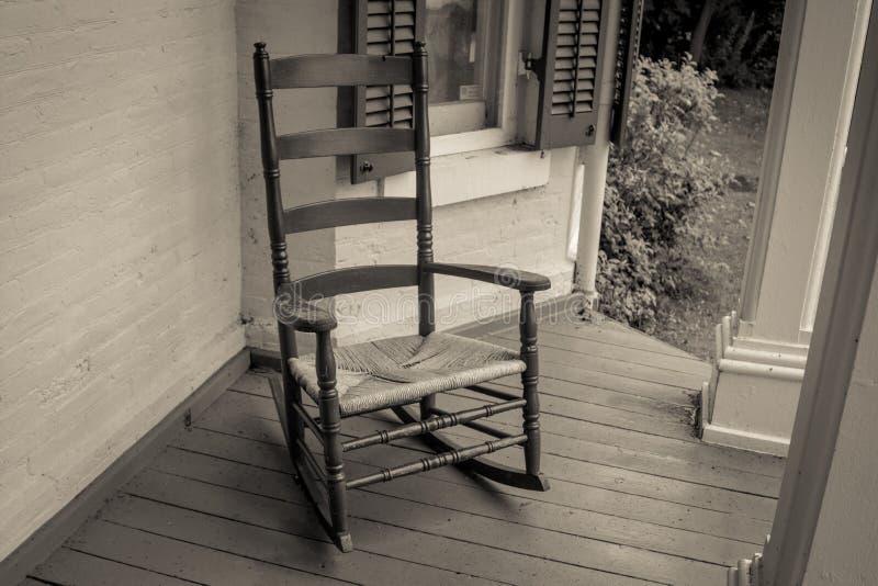 Einzelner leerer Schaukelstuhl auf Front Porch lizenzfreies stockfoto