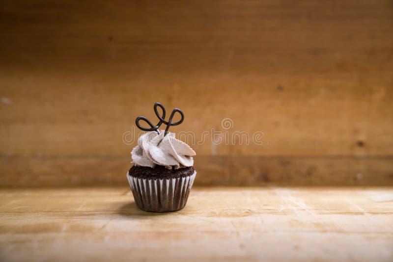Einzelner Mini Chocolate Cupcake stockfotos