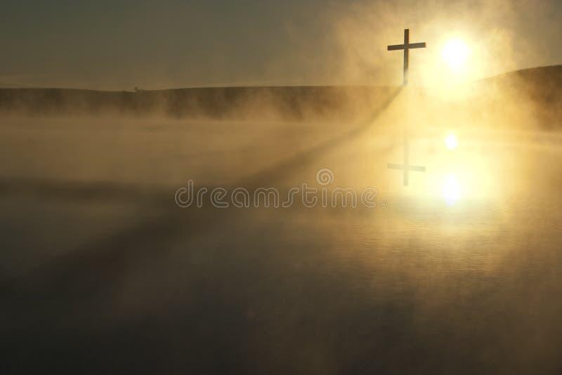 Einzelner querer langer Schatten-Sonnenaufgang auf nebeligem See-Ostern-Morgen lizenzfreie stockfotografie