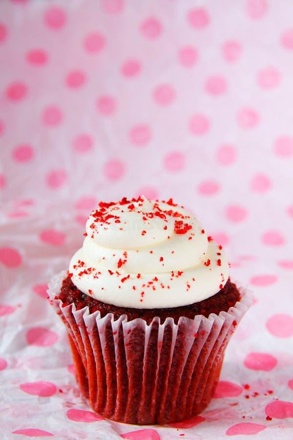 Einzelner roter Samtkleiner kuchen mit Rot spritzt lizenzfreies stockfoto