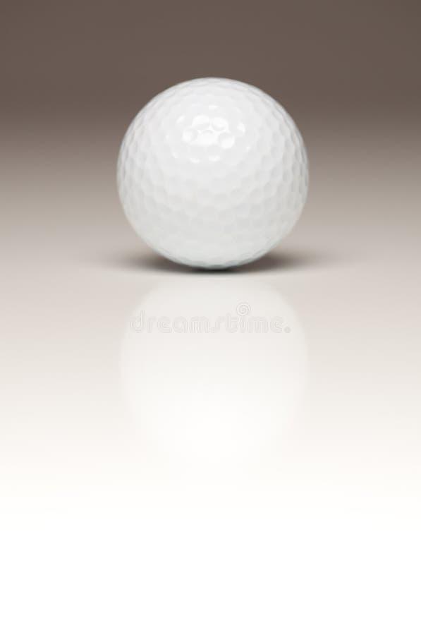 Einzelner weißer Golfball auf Gradated Backgroun stockfotos
