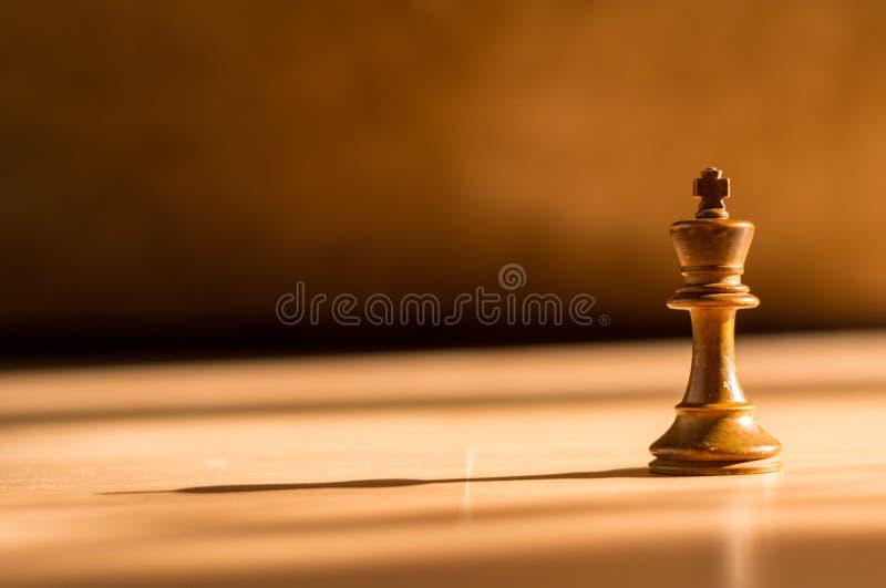 Einzelner weißer König Chess Piece auf Holz stockfotografie