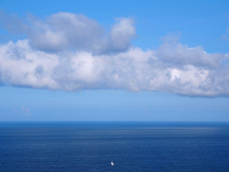 Einzelnes Bootsfloss entlang auf Ozean stockfoto