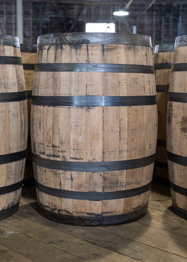 Einzelnes Bourbon-Fass in der Lagerung stockbilder