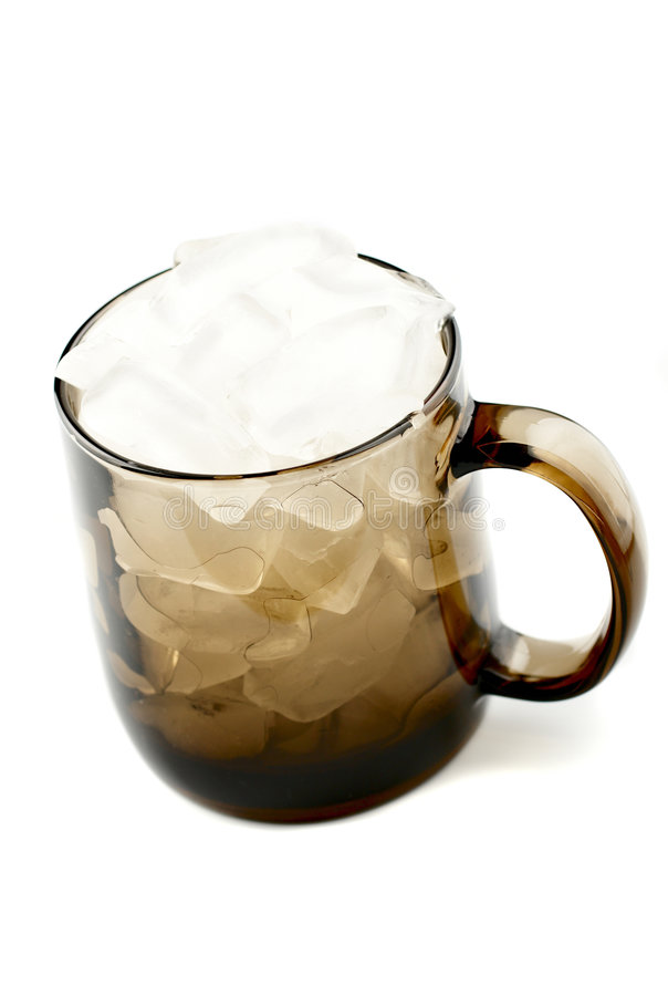 Einzelnes braunes Glascup voll vom Eis lizenzfreies stockbild