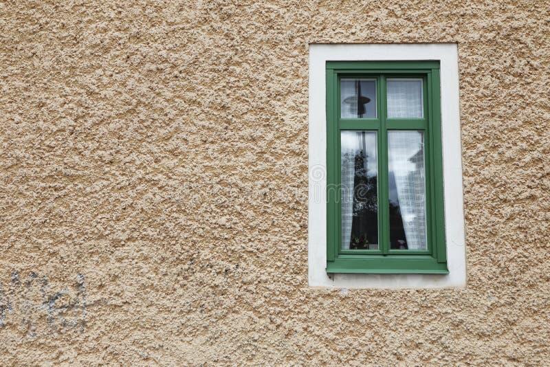 Einzelnes Fenster auf Fassade stockfotografie
