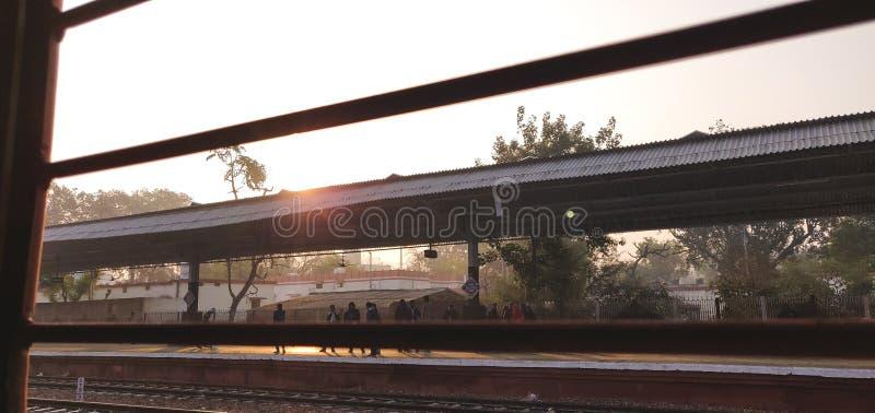 Einzelnes Fenster, wie von einem indischen Eisenbahnzug von innen gesehen lizenzfreie stockbilder