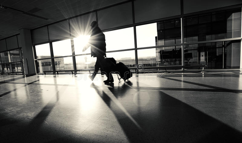 Einzelnes Flughafen-Passagier-Schattenbild stockbild