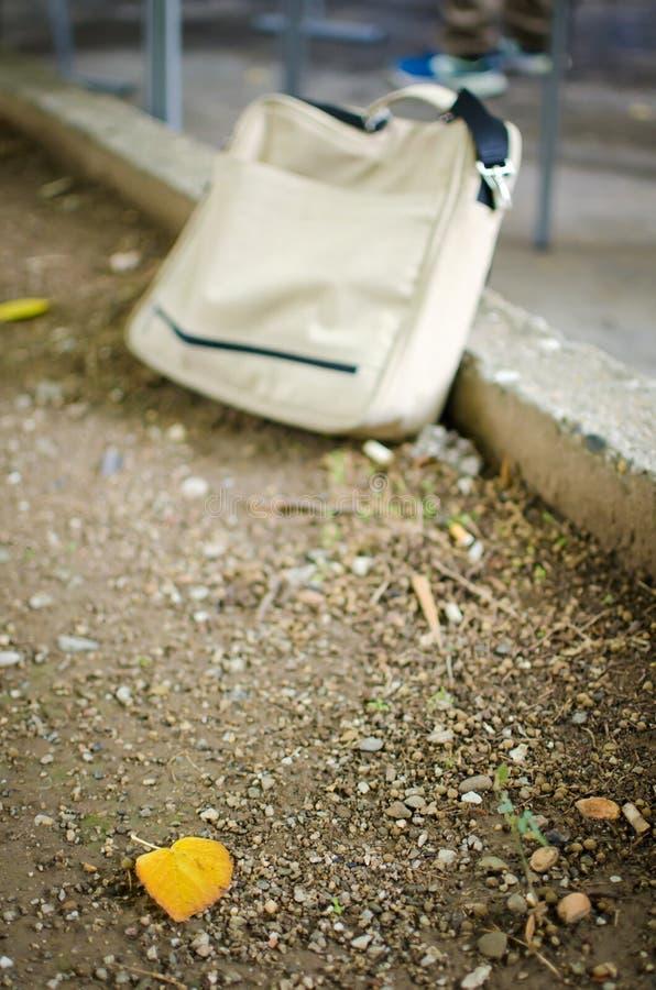 Einzelnes gelbes Blatt auf dem Boden lizenzfreie stockfotos