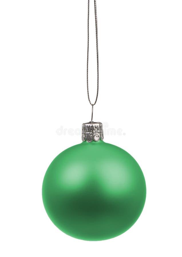 Einzelnes grünes Weihnachtsballhängen lokalisiert auf weißem Hintergrund stockbild