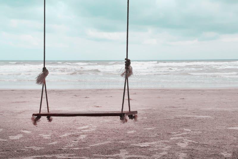 Einzelnes hölzernes Schwingen mit weichem Wind- und Landschaftsstrand, natürlicher Seehintergrund stockfoto