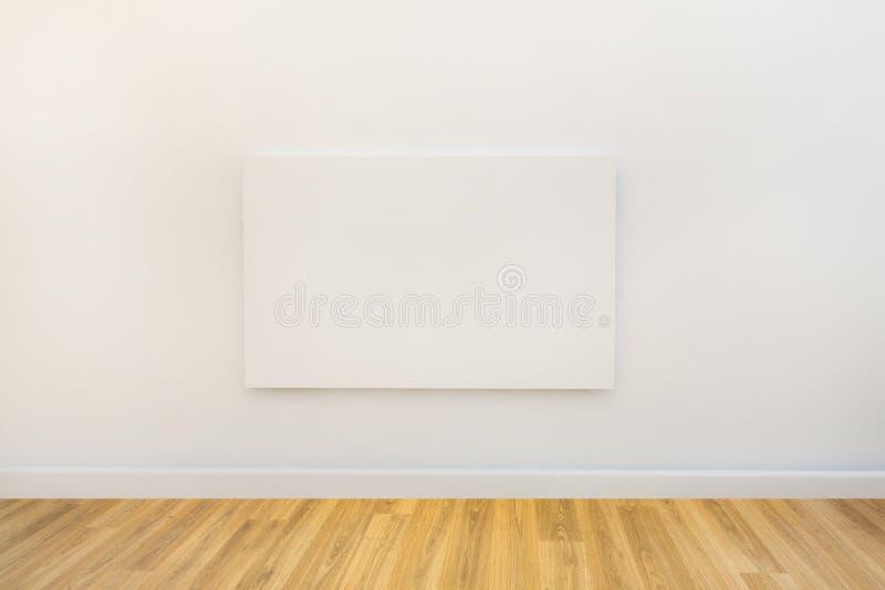 Einzelnes Kunstsegeltuch in einem leeren Galerieraum stock abbildung