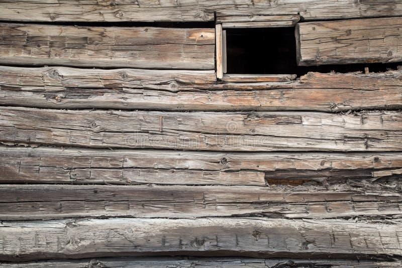Einzelnes offenes Fenster auf der Seite eines Blockhauses stockfotografie
