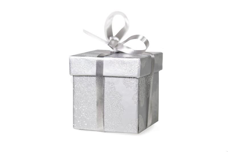 Einzelnes Silber farbiges Geschenk stockfotos
