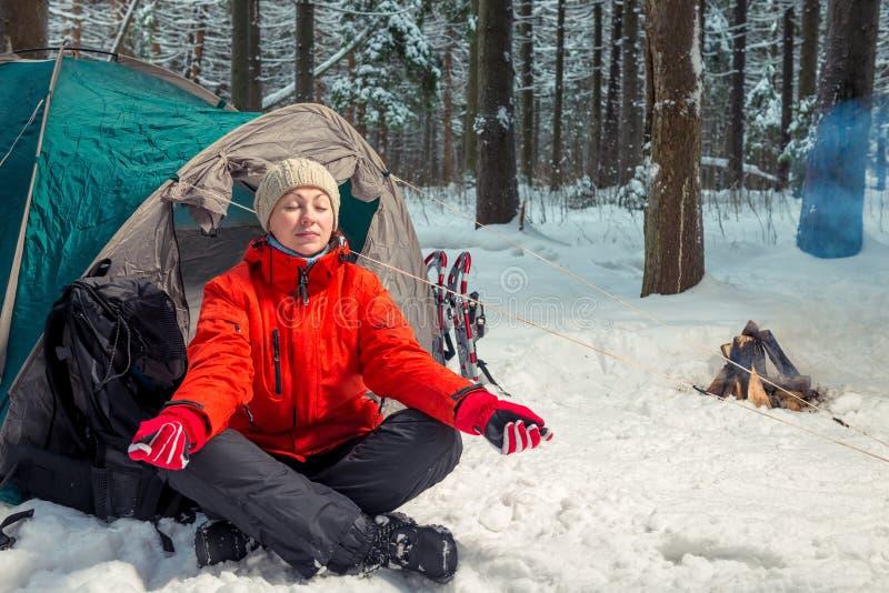 Einzelnes Trekking im Winterwald, Mädchen, das Yoga tut stockfoto