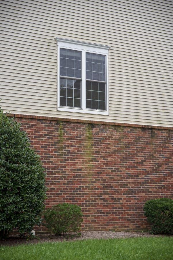 Einzelnes weißes Fenster eines Hauses stockbild