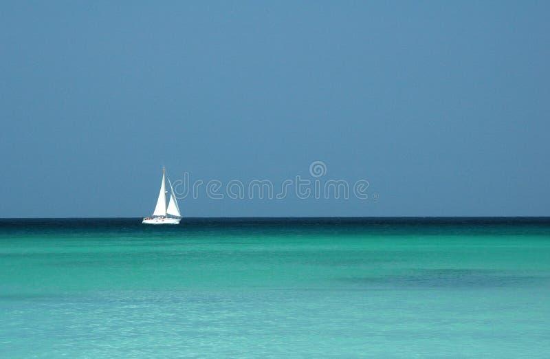Einzelnes Yachtsegeln in den tropischen Meeren stockfotos
